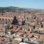 Bologna mit Piazza Maggiore und San Luca im Hintergrund