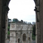 Blick auf Konstantinsbogen aus dem Collosseum