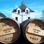 Whiskyreise: Fässer vor der Distillery Ardbeg
