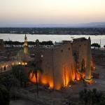 beleuchteter Luxor Tempel am Nilufer
