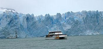Katamaran vor dem Perito Moreno Gletscher