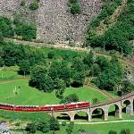 Bernina Express mit Panoramawagen auf dem Kreisviadukt bei Brusio.