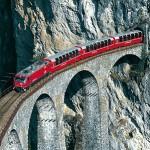 Bernina Express mit Panoramawagen auf dem Landwasserviadukt; aus dem Landwassertunnel kommend.