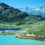 Bernina Express beim Lago Bianco auf dem Bernina Pass. Im Hintergrund Laj nair und Laj Pitschen.