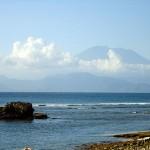Blick von Lembongan auf Bali mit Vulkan