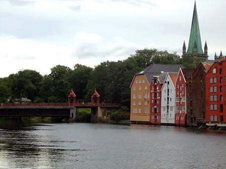 Holzbrücke Gamle Bybro mit Speicherhäusern
