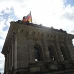 beflaggter Eckturm des Reichstagsgebäudes
