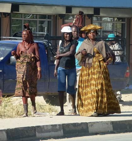 Herero und Himba beim Einkauf in der Stadt Opuwo