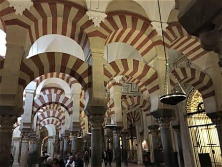 Gebetshalle mit doppelbögigen Säulenreihen